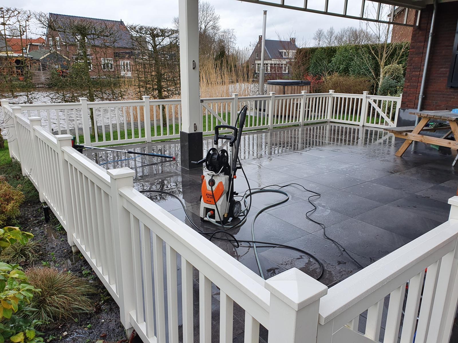 Houtwerk insoppen en dan afspuiten met een lichte waterstraal